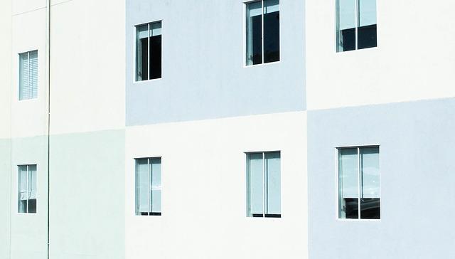 šedobílý dům, okna, rolety