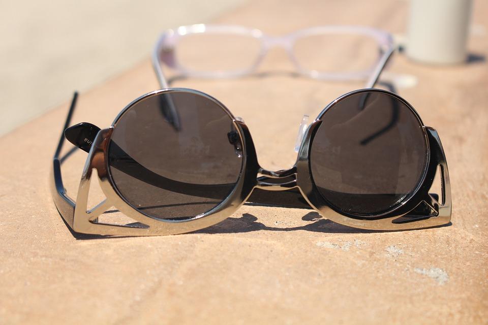 sluneční brýle u bazénu